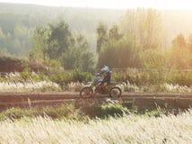 摩托车越野赛MX在泥铺跑道的车手骑马 免版税图库摄影