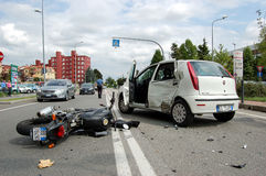 摩托车车祸在市区 免版税库存照片