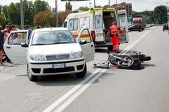 摩托车车祸在市区 库存照片