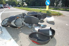 摩托车车祸在市区 免版税库存图片