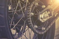 摩托车轮子后方链子和扣练齿轮  图库摄影