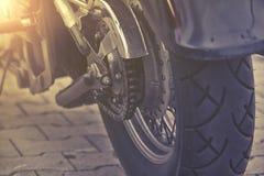 摩托车轮子后方链子和扣练齿轮  免版税库存图片