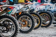 摩托车轮子特写镜头站立在直线的  免版税图库摄影