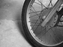 摩托车轮幅和轮子特写镜头  库存图片