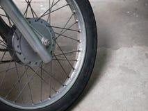 摩托车轮幅和轮子特写镜头  库存照片