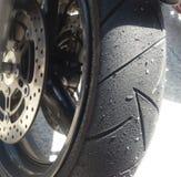 摩托车轮胎在轨道天以后 免版税库存照片