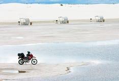 摩托车铺沙白色 免版税库存照片