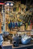 摩托车零件和工具在桌面上在车库 免版税库存照片