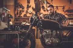 摩托车风俗车库的技工 免版税库存图片