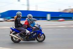 摩托车骑士乘坐以速度在城市道路,可以2018年,圣彼德堡 免版税库存图片