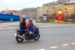 摩托车骑士乘坐以速度在城市道路,可以2018年,圣彼德堡 库存照片