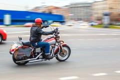 摩托车骑士乘坐以速度在城市道路,可以2018年,圣彼德堡 免版税库存照片