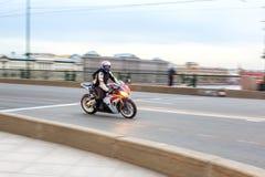 摩托车骑士乘坐以速度在城市道路,可以2018年,圣彼德堡 免版税图库摄影