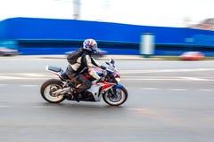 摩托车骑士乘坐以速度在城市道路,可以2018年,圣彼德堡 库存图片
