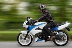摩托车骑士加速 免版税库存图片