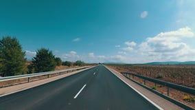 摩托车骑士在一条风景沙漠风景和空的路乘坐在西班牙 第一人景色 股票视频