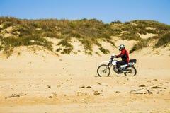 摩托车骑士在沙子乘坐在海滩俄罗斯, Blagoveshenskaya, 10月9日2108 免版税库存图片