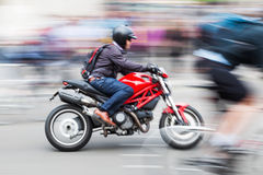 摩托车骑士在行动迷离的城市 免版税库存图片