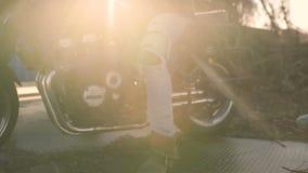 摩托车骑士坐一辆老咖啡馆竟赛者摩托车,秋天背景 股票录像