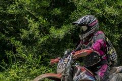 摩托车骑士女孩,跑在咖啡馆路线 库存照片