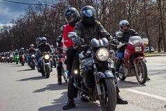 摩托车骑士开始春季 库存照片