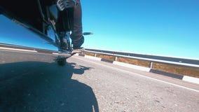 摩托车骑士慢慢地起动一条空的高速公路继续他的不劳而获 影视素材