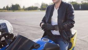 摩托车骑士戴着骑的摩托车特别皮手套 股票视频