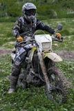 摩托车骑士男孩,跑在咖啡馆路线 免版税库存照片
