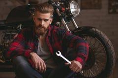 摩托车维修车间的人 免版税库存照片