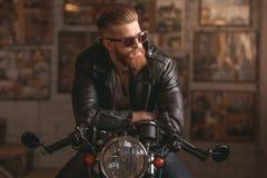 摩托车维修车间的人 库存照片