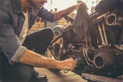 摩托车维修车间 库存照片