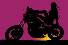 摩托车紫色日落的妇女 免版税库存图片