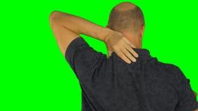 摩擦他的肩膀的人用左手 后面看法腰部在球衣 股票录像