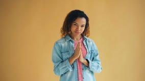 摩擦她手和微笑的狡猾非裔美国人的女孩画象  影视素材