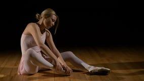 摩擦她的脚的疲乏的跳芭蕾舞者女孩 股票视频