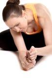 摩擦疼痛脚的年轻女运动员 库存图片