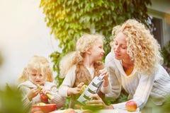 摩擦苹果的母亲和孩子 免版税库存照片