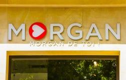 摩根店面的看法的关闭在香榭丽舍大街的包括翻译为英语的口号摩根de Toi 免版税库存照片