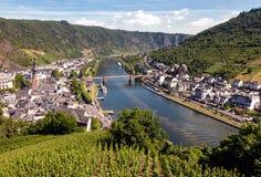 摩泽尔河岸的科赫姆村庄在德国 库存图片