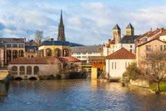 摩泽尔河流经梅茨,法国古老城镇  免版税库存图片