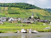 从摩泽尔河的Ellenz Poltersdorf村庄 免版税库存照片