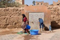 摩洛哥妇女和子项 免版税库存图片
