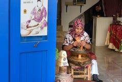 摩洛哥妇女在索维拉做圆筒芯的灯油 摩洛哥 免版税库存图片