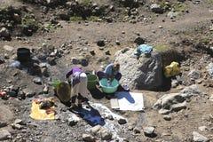 摩洛哥妇女洗涤衣裳在阿特拉斯山脉 免版税库存照片