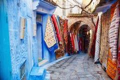 摩洛哥是蓝色市舍夫沙万,在蓝色颜色绘的不尽的街道 许多花和纪念品在美丽 免版税图库摄影