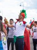 摩洛哥的足球迷2018年世界杯足球赛的在有颜色易洛魁族人的俄罗斯 免版税库存照片