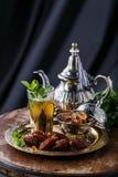 摩洛哥茶用薄菏和糖在一块玻璃在黑暗的背景 免版税库存照片