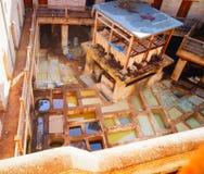 摩洛哥,菲斯,老市政府工作人员油漆皮肤 免版税库存照片