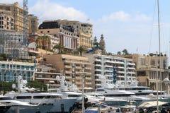 摩纳哥市和她的豪华游艇 库存照片