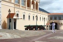 摩纳哥的前进的卫兵和王子` s宫殿 免版税库存图片